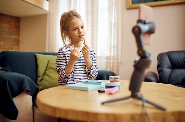 Vrouwelijk kind neemt vlog op, creatieve hobby, kleine vlogger. kid bloggen in de thuisstudio, sociale media voor jong publiek, online internetuitzending,