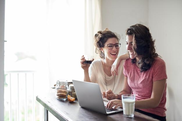 Vrouwelijk lesbisch koppel dicht bij elkaar