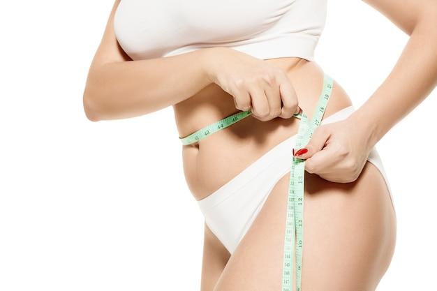 Vrouwelijk lichaam met de tekenpijlen. vetverlies, liposuctie en cellulitisverwijderingsconcept. tekens op de vrouw vóór plastische chirurgie. afbeelding is niet geretoucheerd in lichaamsvorm