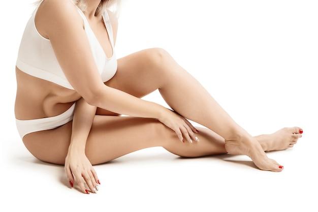 Vrouwelijk lichaam met de tekenpijlen. vetverlies, liposuctie en cellulitisverwijderingsconcept