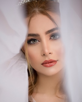Vrouwelijk model dat bruidssluier draagt