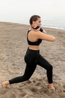 Vrouwelijk model dat in sportkleding uitoefent