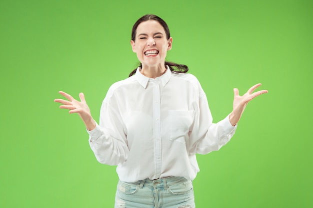 Vrouwelijk model dat op groene muur wordt geïsoleerd