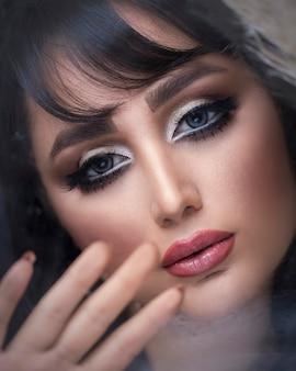 Vrouwelijk model dat smokey eye makeup draagt