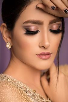 Vrouwelijk model in bruiloft bruids make-up
