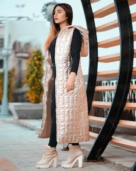 Vrouwelijk model in de herfst winter outfit