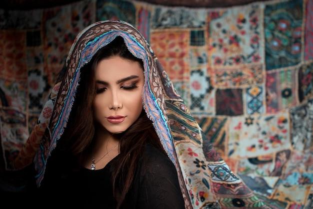 Vrouwelijk model in etnische stijl ontworpen hijab