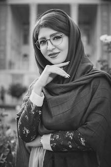 Vrouwelijk model in hijab en bril