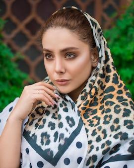 Vrouwelijk model in hijab met dierenprint