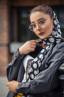 Vrouwelijk model in hijab-outfits