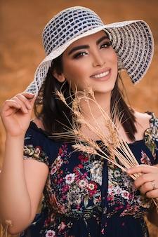 Vrouwelijk model in witte design hoed