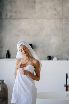 Vrouwelijk model in witte handdoek. concept voor vrouwen, schoonheid en hygiëne.