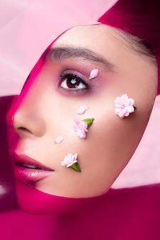 Vrouwelijk model met roze lipgloss en oogschaduw