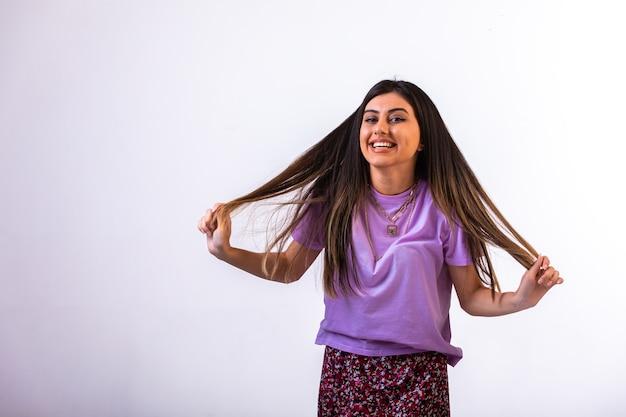 Vrouwelijk model speelt met haar haar.