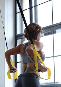 Vrouwelijk model sportactiviteiten in de sportschool