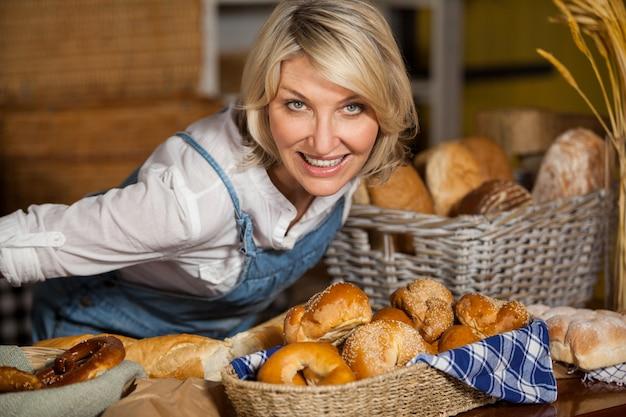 Vrouwelijk personeel dat zich bij bakkerijsectie bevindt