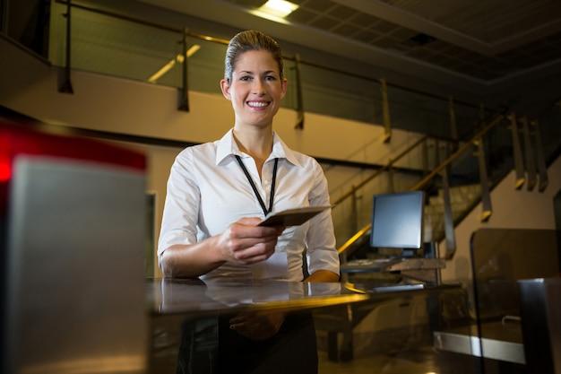 Vrouwelijk personeel met instapkaart en paspoort