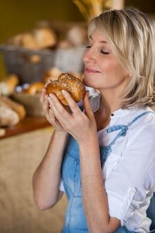 Vrouwelijk personeel ruikt zoet voedsel