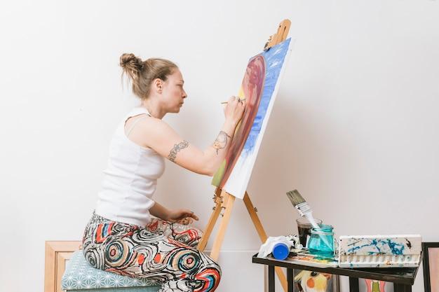 Vrouwelijk schilderij beeld in de studio