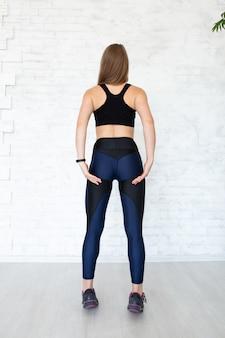 Vrouwelijk sportconcept. mooi jong sportief spiergeschiktheidsmodel. copyplace, kopieer ruimte.