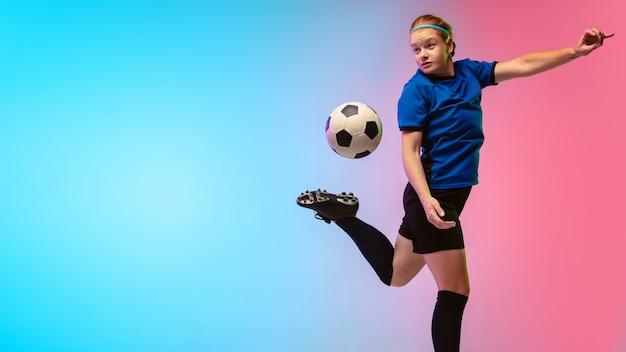 Vrouwelijk voetbal, voetballer die traint op neonmuur, jeugd