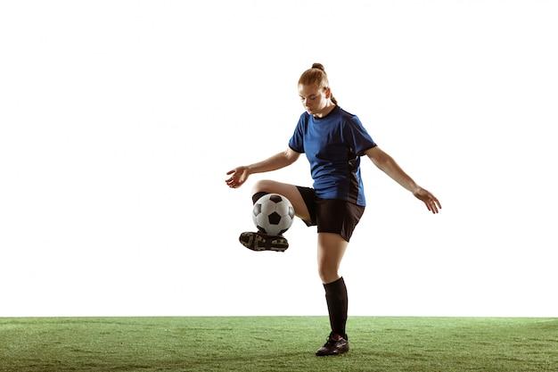 Vrouwelijk voetbal, voetbalster het schoppen bal, opleiding in actie en motie die op witte achtergrond wordt geïsoleerd