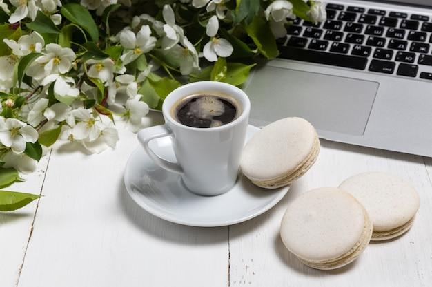 Vrouwelijk werkplekconcept. freelance mode comfortabele vrouwelijkheid werkruimte met laptop, koffie, bloemen op witte achtergrond