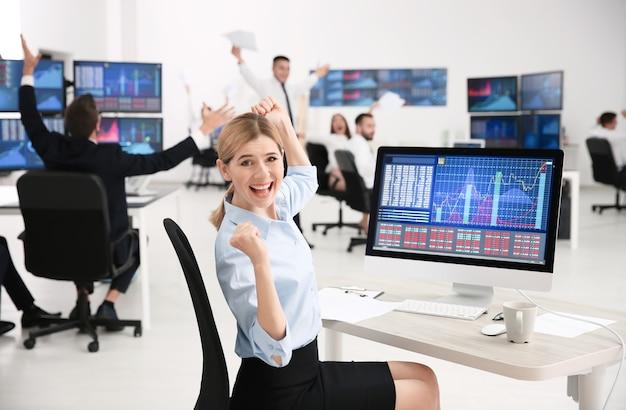 Vrouwelijke aandelenhandelaar werkzaam in kantoor