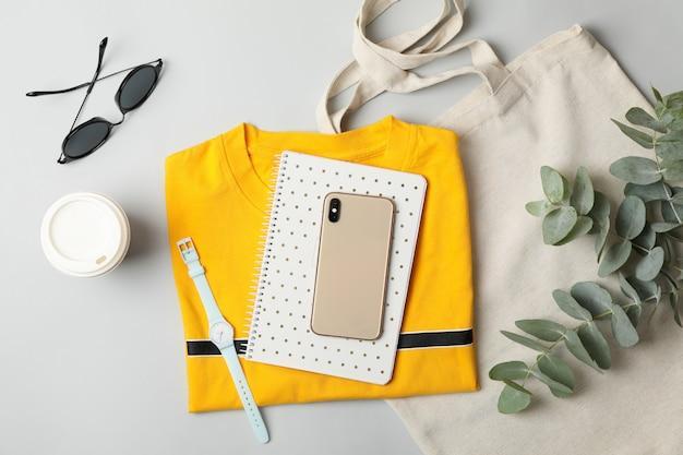 Vrouwelijke accessoires op wit. reisblogger concept