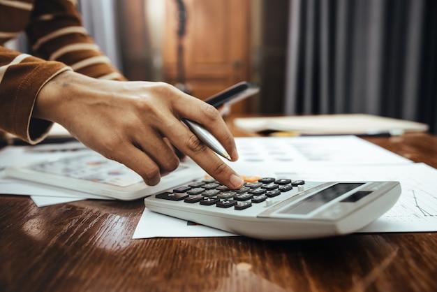 Vrouwelijke accountant of bankier die berekening van financiën en economiebankwezenconcept maken.