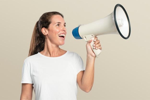 Vrouwelijke activist met een megafoon met ontwerpruimte