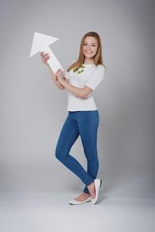 Vrouwelijke activist voor recycling wijzend op kopie ruimte
