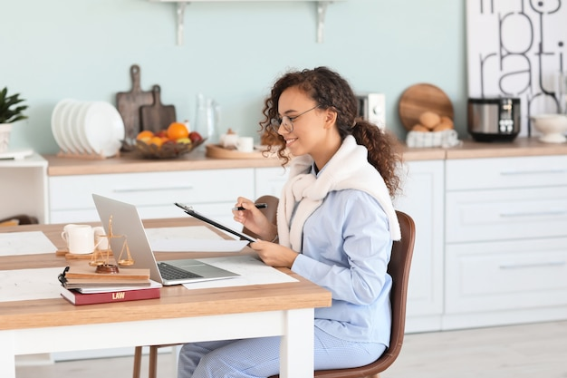 Vrouwelijke advocaat die thuis online een raadpleging geeft