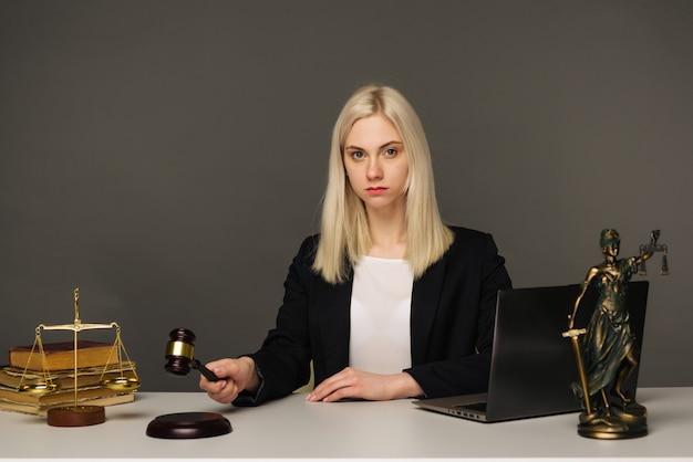 Vrouwelijke advocaat werken aan tafel in kantoor - afbeelding