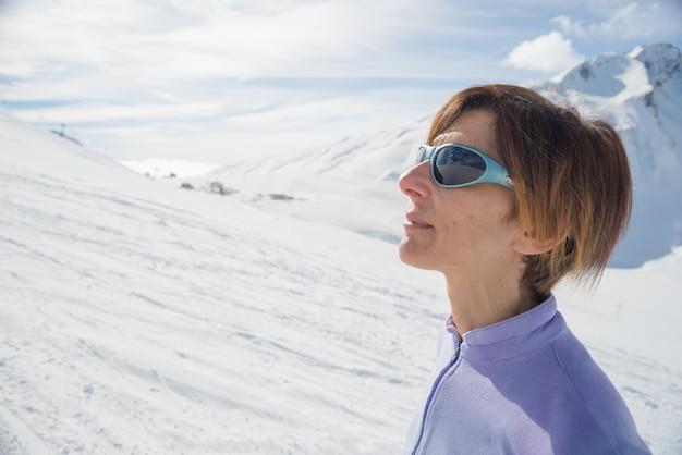 Vrouwelijke alpinist die op de zon let