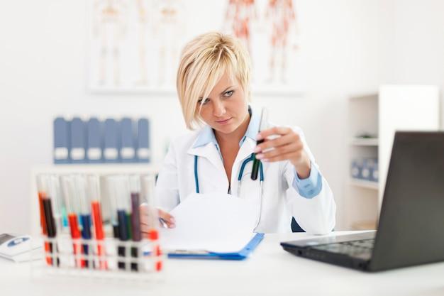 Vrouwelijke analist die hard werkt in haar kantoor