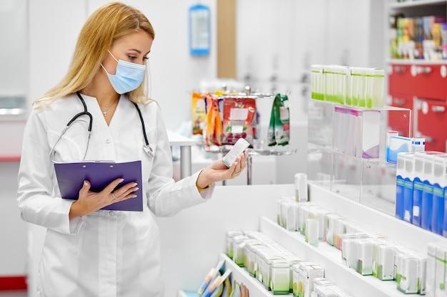 Vrouwelijke apotheker die een recept vervult