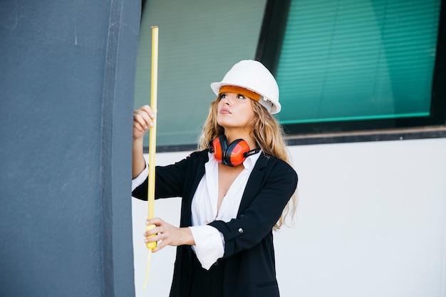 Vrouwelijke architect op bouwplaats