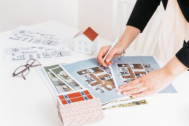 Vrouwelijke architectuur die aan huisproject werkt