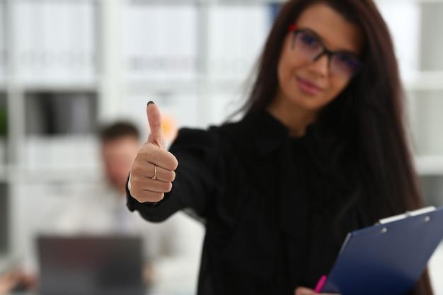 Vrouwelijke arm show ok of bevestig tijdens conferentie