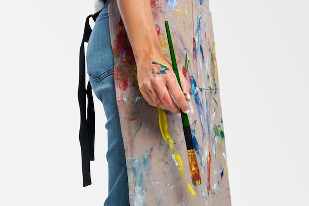 Vrouwelijke artiest die een penseel vasthoudt