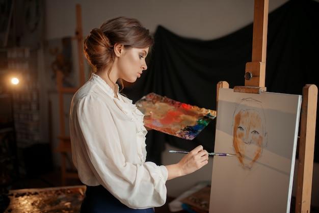 Vrouwelijke artiest met kleurenpalet en penseel