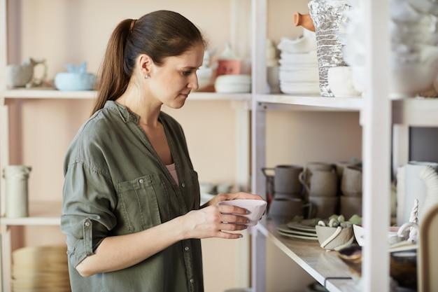 Vrouwelijke artisan in studio