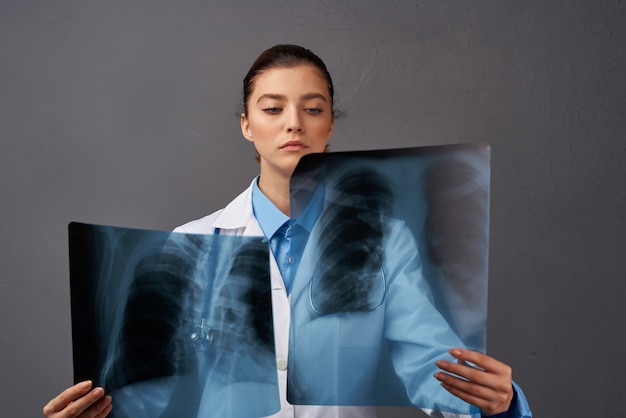 Vrouwelijke arts behandeling diagnostiek werk ziekenhuis