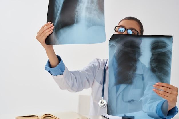 Vrouwelijke arts behandeling ziekenhuis diagnose