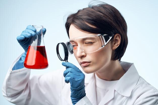 Vrouwelijke arts chemische oplossingen bioloog onderzoek studie geïsoleerde achtergrond