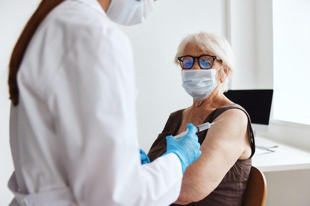 Vrouwelijke arts covid paspoort immuniteit bescherming