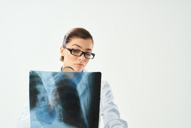 Vrouwelijke arts diagnostiek patiënt scan lichte achtergrond