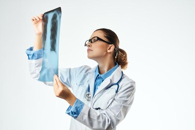 Vrouwelijke arts diagnostiek patiënt scan studio