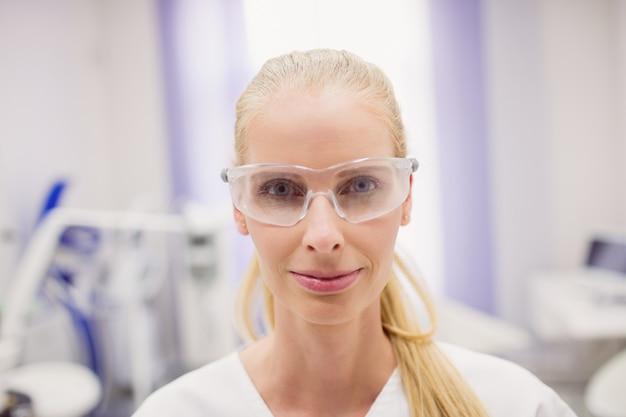 Vrouwelijke arts die beschermende glazen draagt